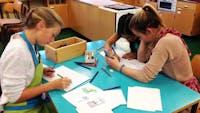 Valdres. Ungt Entrepenørskap (UE) . Elever sitter å arbeider.