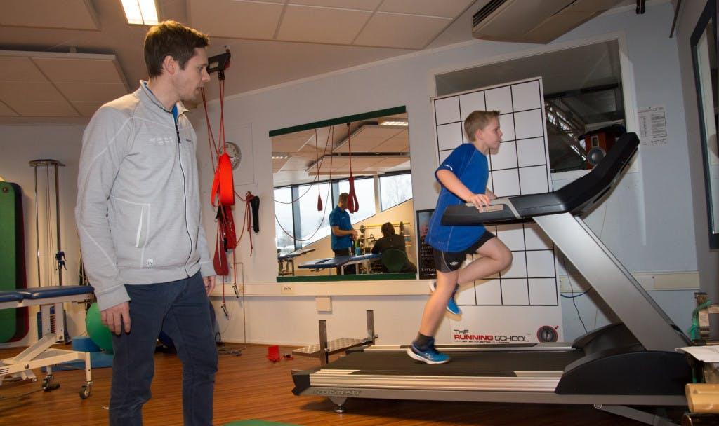 Mathias Voldsrud får analysert løpsteknikken og hjelp til å justere steget.