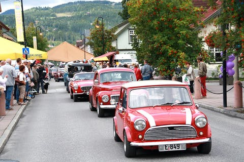 Landsbyfest i Landsbyen Dokka med veteranbilparade