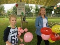 To jenter arrangerer landsbyfest på Dokka
