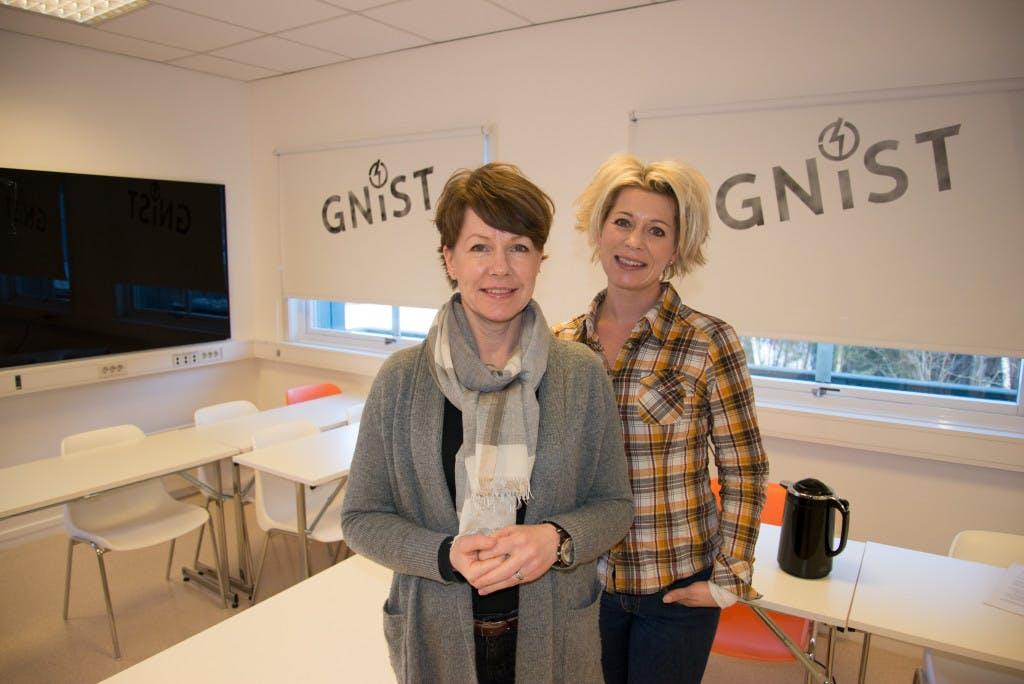 """Hilde Tveiten Døvre (venstre) og Karianne B. Borchgrevink i undervisningsrommet """"Gnist"""" i Valdres næringshage."""